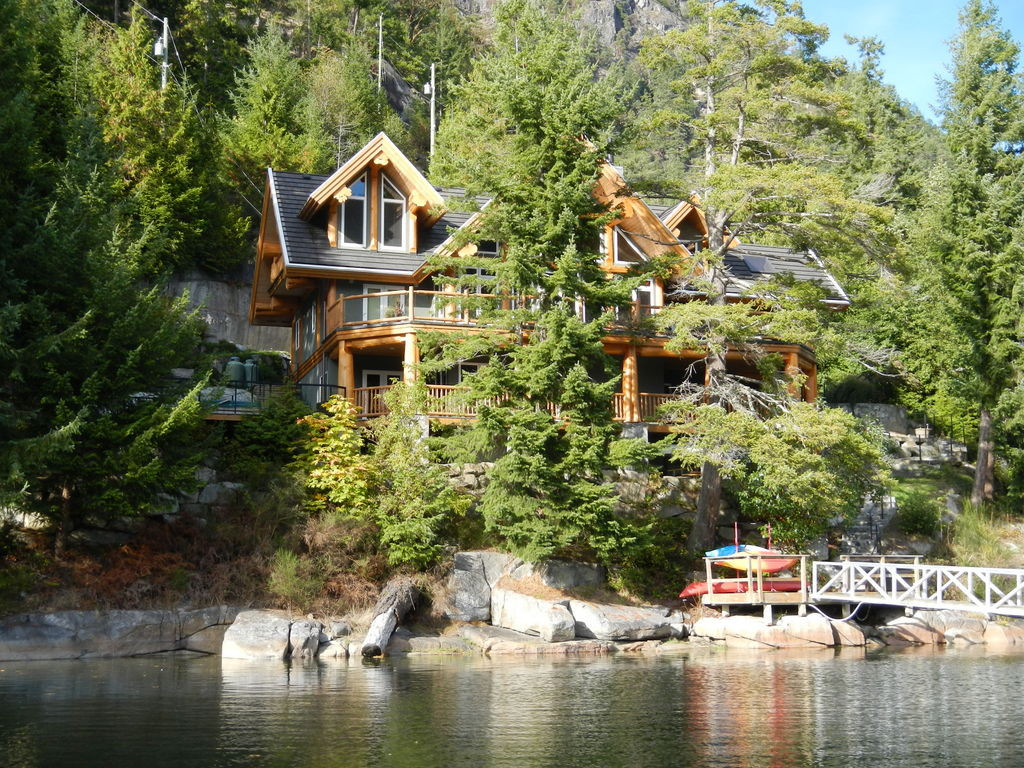 Fabulous log house on the water