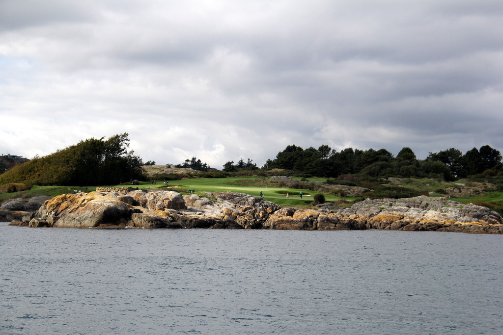 Fantastic golf course on the point of Victoria with sea all around this tee!